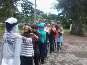 permainan-outbound-blind-leader-1